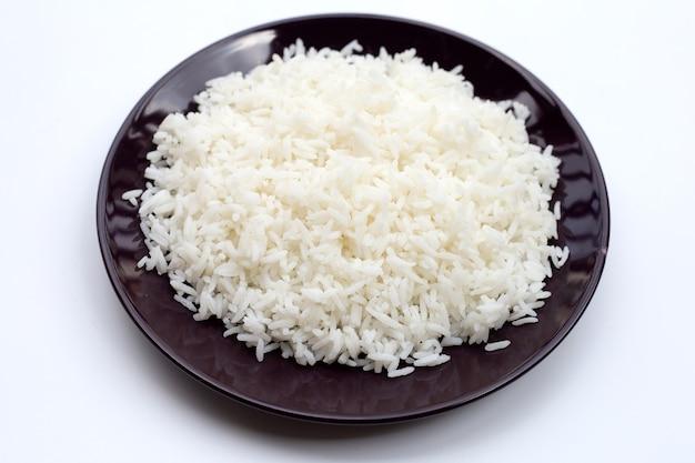 Schotel van rijst op witte achtergrond.