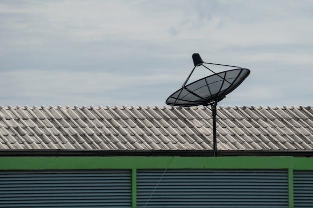 Schotelantenne op het dak van het huis