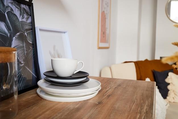 Schotels en kop. modern minimaal keukenbinnenland in ecostijl. een natuurlijk licht appartement in trendy stijl