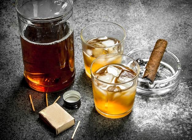 Schotse whisky met een sigaar. op een rustieke achtergrond.