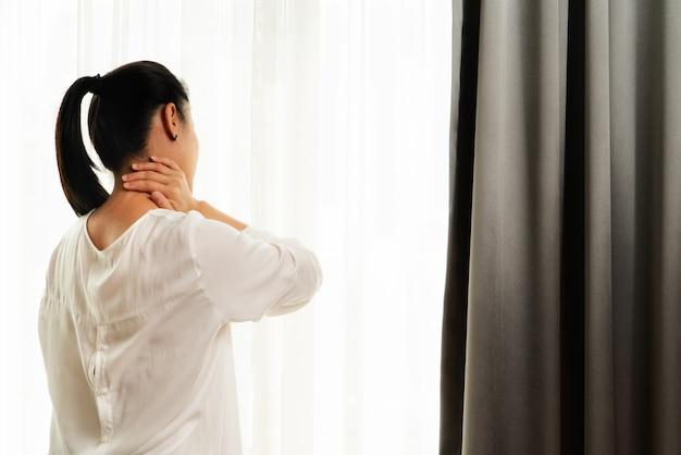 Schouderblessure bij de nek pijnlijke vrouw lijdt aan werkende gezondheidszorg en medicijnherstel