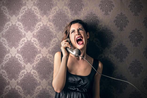 Schreeuwen aan de telefoon