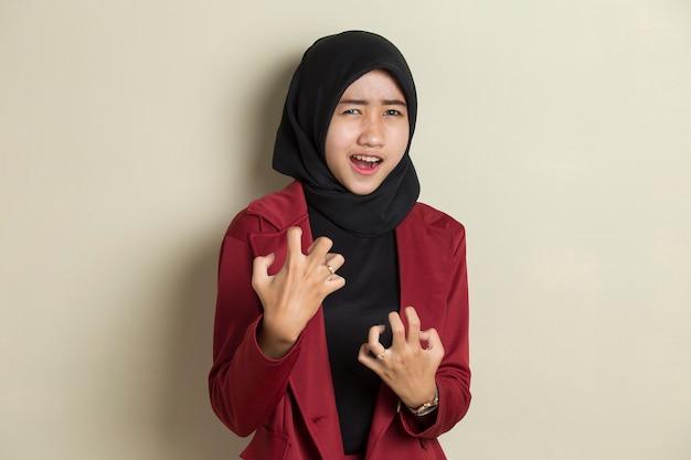 Schreeuwen, haat en woede concept. boze emotionele moslimvrouw in hijab schreeuwen