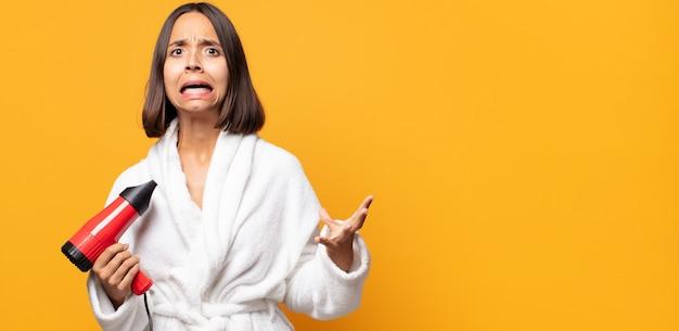 Schreeuwen met de handen in de lucht, woedend, gefrustreerd, gestrest en overstuur voelen