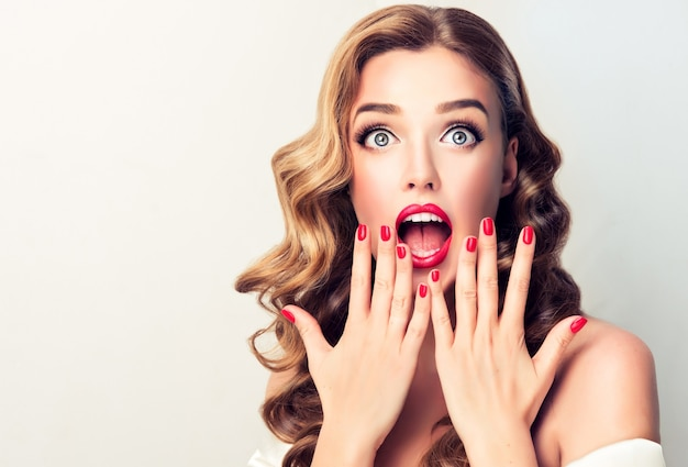 Schreeuwen van verbazing portret van blonde donkerharige vrouw met een vertellende gezichtsuitdrukking pin-up style image make-up kapsel en reclame