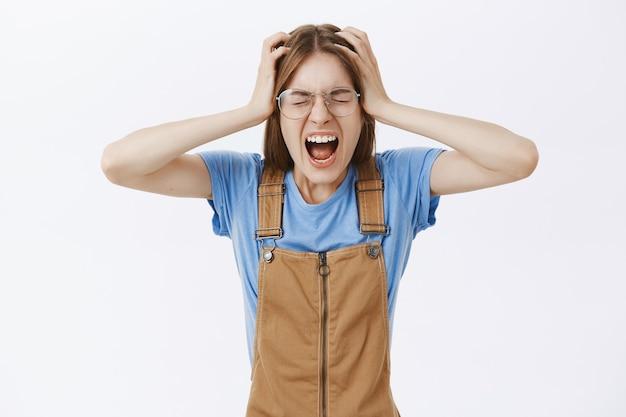 Schreeuwend freak-out meisje kijkt bezorgd en verontrust