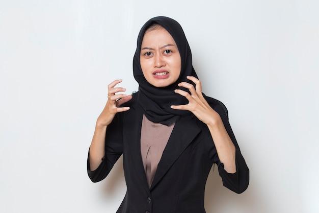 Schreeuwend haat en woede concept boos emotionele moslimvrouw in hijab