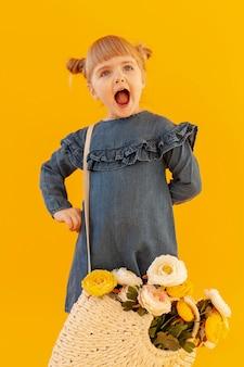 Schreeuwend meisje dat bloemmand draagt