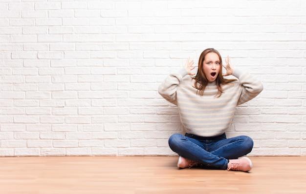 Schreeuwend met handen in de lucht, woedend, gefrustreerd, gestrest en overstuur