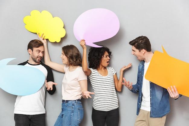 Schreeuwende boze groep vrienden die toespraak en doordachte bellen houden.