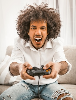 Schreeuwende gamer schiet of valt aan in computerspel.