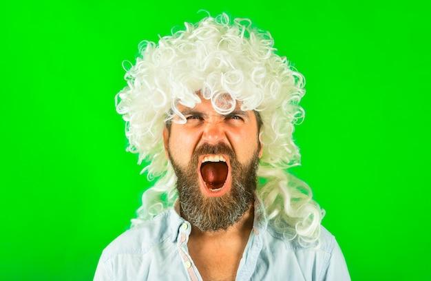 Schreeuwende man portret man in witte pruik brutale bebaarde man portret van serieuze man geïsoleerde scream