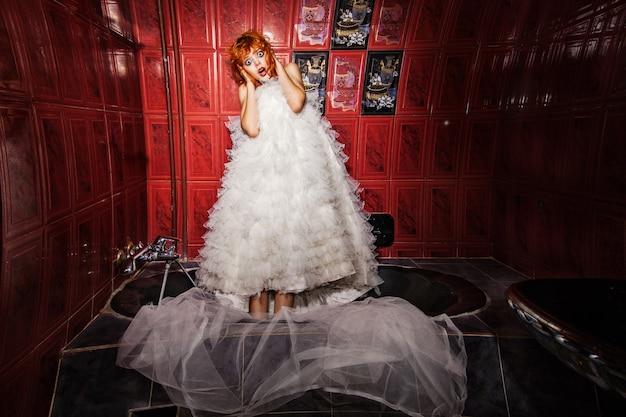 Schreeuwende vrouw in witte trouwjurk. badkamer