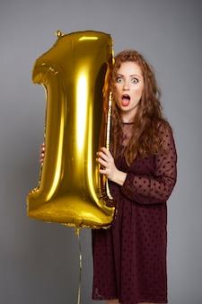 Schreeuwende vrouw met gouden ballon