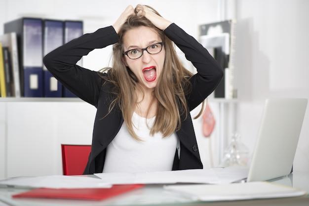 Schreeuwende zakenvrouw in office