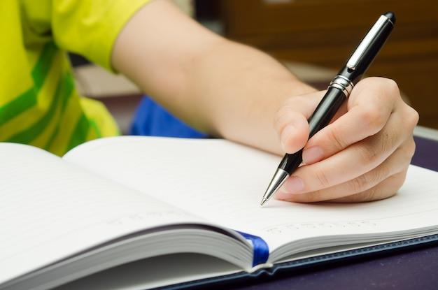 Schrijf activiteit met een pen en een boek