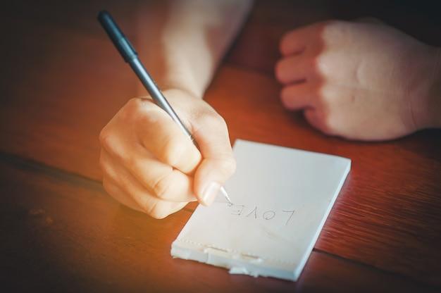 Schrijf een artikel over liefde.