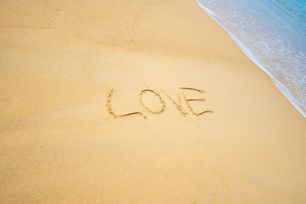 Schrijf tekst op zand liefde op de zee.