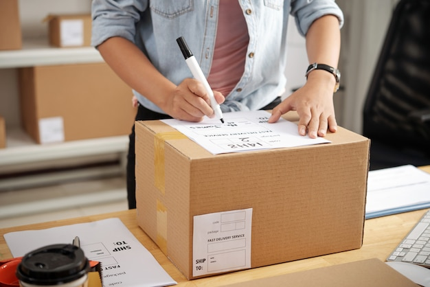 Schrijfadres op doos