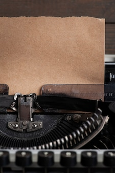 Schrijfmachine close-up en kraftpapier