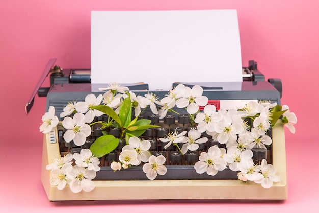 Schrijfmachine in de moderne levensstijl van een schrijver, journalist of copywriter