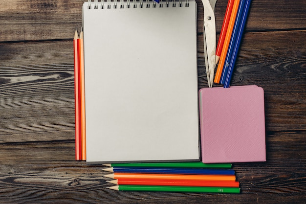 Schrijfwaren, houten bureau, school- en kantoorartikelen