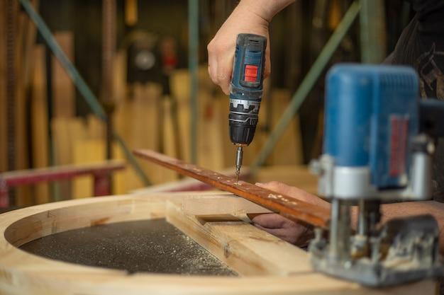 Schrijnwerkconcept, houtbewerking en meubelmakerij, professioneel timmermanswerk met hout in timmerwerkplaats, industrieel concept