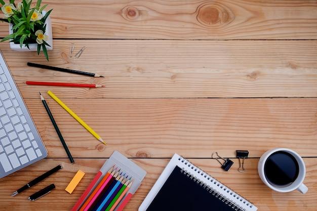 Schrijven elementen op houten bureau