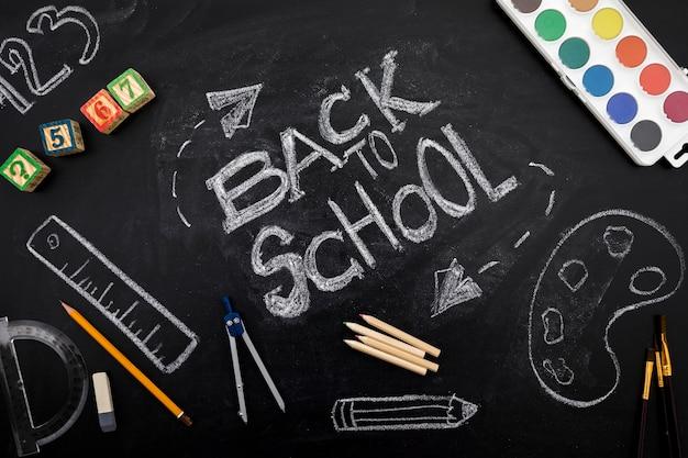 Schrijven op blackboard in krijt met briefpapier