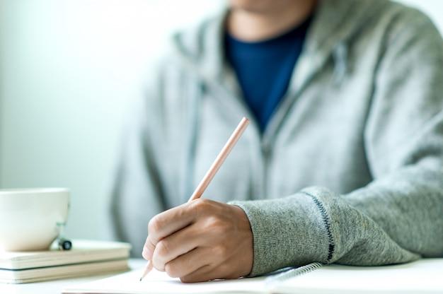 Schrijven op papier op het werk aan tafel in de ochtend, zakelijke ideeën. er is ruimte voor kopiëren.