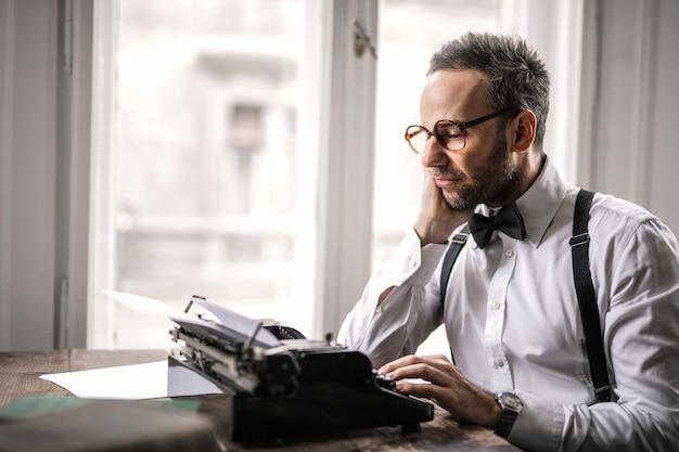 Schrijver die aan een boek werkt