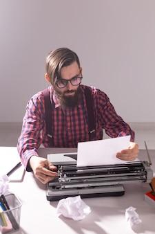 Schrijvers dag en technologie concept knappe schrijver omringd door stukjes papier gericht op werk