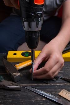 Schroef de schroef vast met een schroevendraaier