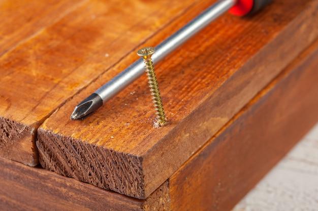 Schroef vastgeschroefd in een houten bar