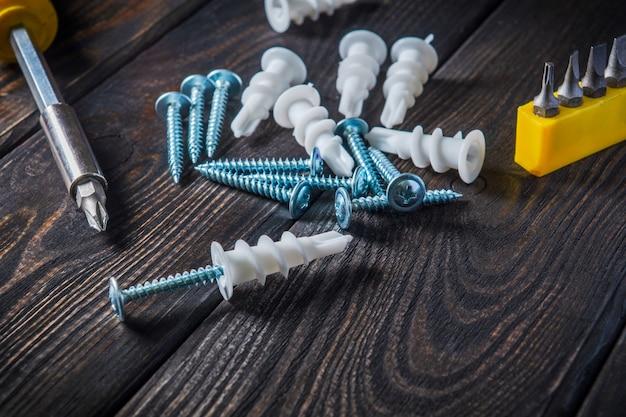 Schroeven met plastic mondstukken en gereedschap