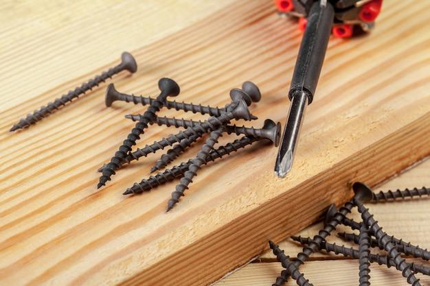 Schroeven op een houten tafel