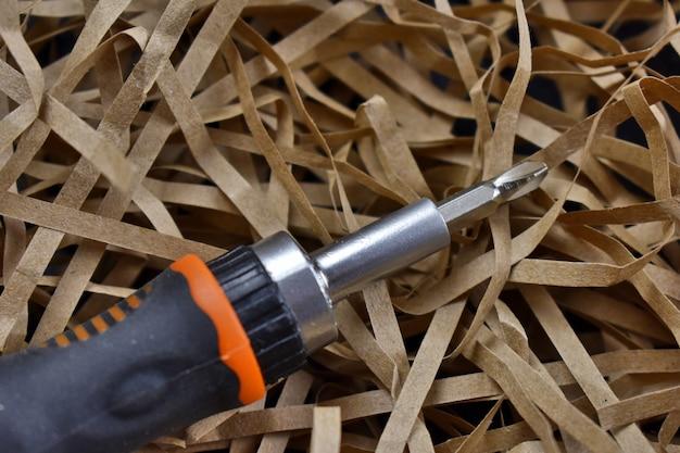 Schroevendraaier op een lichte stroachtergrond