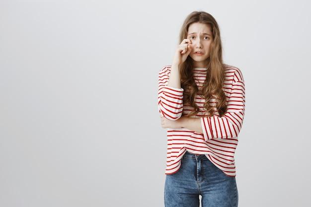 Schuchtere en onzekere tienermeisje snikkende hartenmakelaar, gevoel als en huilend