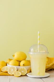 Schud met plakjes citrus en citroen