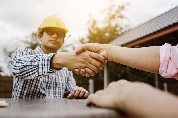 Schudden handen van voorman ingenieur teamwerk deal huis bouwer, samen te werken concept.