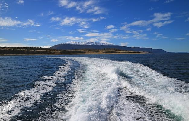 Schuimend water bij de achtersteven van cruiseschip, beagle-kanaal, ushuaia, tierra del fuego, argentinië