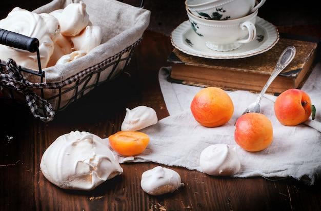 Schuimgebakje met abrikoos