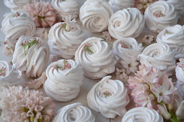 Schuimgebakjes en roze bloemen