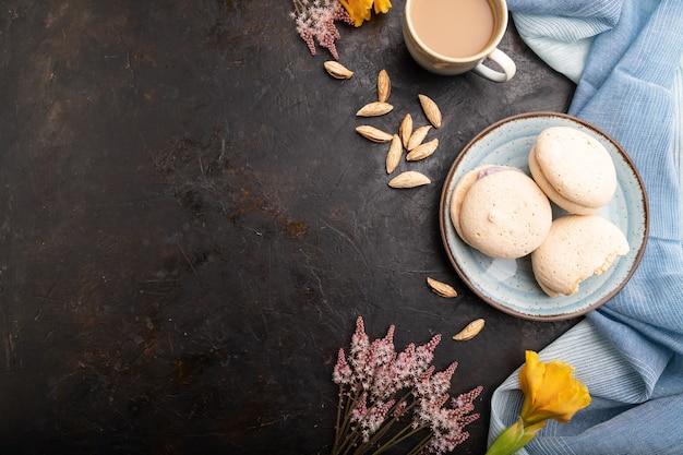 Schuimgebakjes taarten met kopje koffie