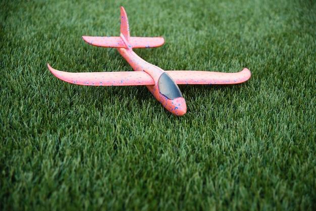 Schuimplastic vliegtuig. kind speelgoed vliegtuig op groen gras. actieve buitenspellen. kopie ruimte.