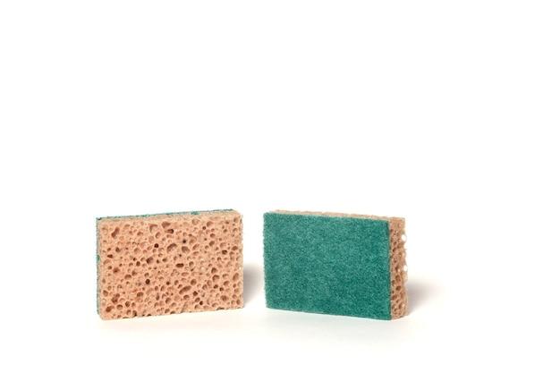 Schuimsponzen voor afwas geïsoleerd op een witte achtergrond. huishouddoeken voor het wassen van keukengerei van mesh-schuim. zachte focus. concept keukenaccessoires voor site. ruimte kopiëren