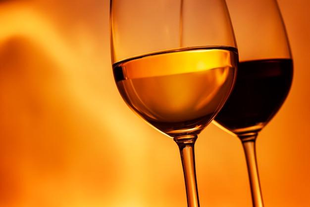 Schuin geplaatste wijnglazen met rode en witte wijn