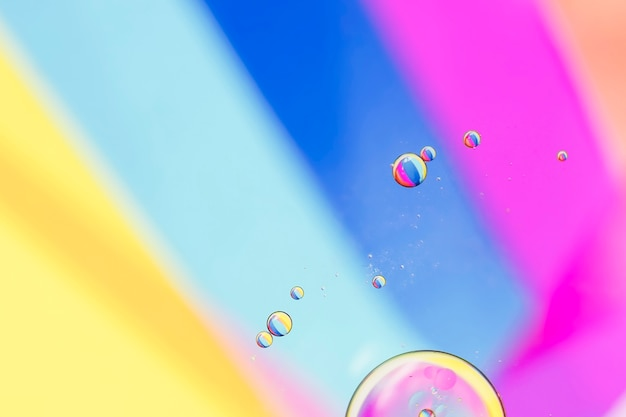 Schuine regenboogstralen en bubbels