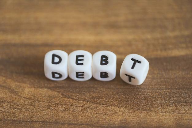 Schuldbeheerplan op een tafel. snijd schuldconcept