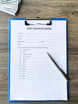 Schuldherstructureringsdocument met grafiek op tafel.